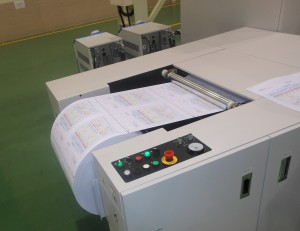実演では、機械最高速で両面フルカラーのバリアブルデータを高品質に印刷した