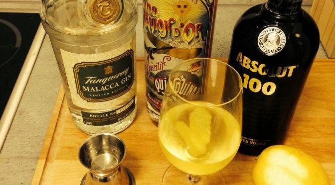 3Teile Gin, 1 Teil Wodka, 1 Teil Von de Quinquina, Zitronenschale