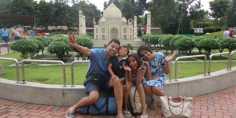 A family click in front of the Taj Mahal