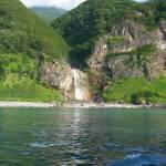 海から見たカムイワッカの滝と知床観光船