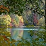 紅葉のオンネトー。雌阿寒岳の裾野にひっそりと佇む5つの色の秘湖。