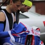 Florian und Moritz beim Anbringen der Rückennummern