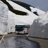 春山バスが雪の回廊を縫って走る