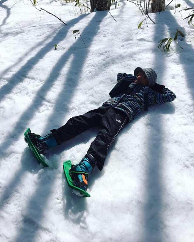 雪に横たわる