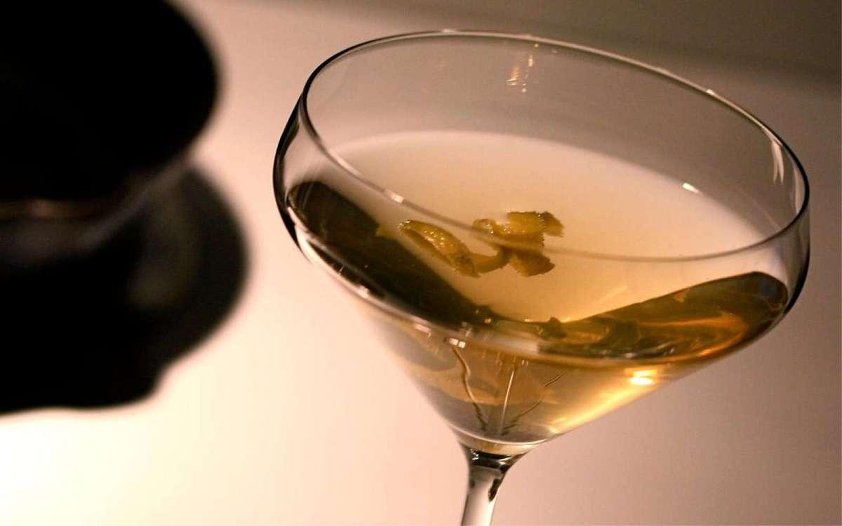 Preparando un cóctel a lo James Bond: el Vesper martini
