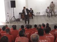 Pastor Marcos Pereira ora com o ex-goleiro Bruno em evento realizado dentro de presídio