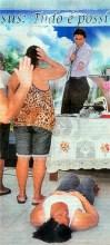 """Fiéis lotam igreja em busca de """"lipoaspiração divina"""" através da oração; Pastor garante ter feito mulher perder 100 quilos"""