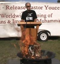 Entidade evangélica afirma que Terry Jones, pastor que queimou o alcorão, não representa os cristãos