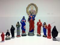 Artista causa polêmica ao criar esculturas de Jesus e santos católicos como super-heróis