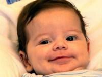 Bebê sobrevive a rara cirurgia de transplante de fígado e mãe afirma ter sido um milagre