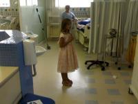 """Criança evangélica emociona funcionários de hospital ao cantar """"Ressuscita-me"""" em UTI"""