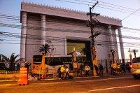 Acidente de trânsito em São Paulo faz ônibus invadir Templo de Salomão