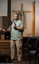 """Pastor usa rifles e Bíblia em sermão e diz que """"Jesus ama armas"""""""