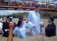 Vídeo do batismo do segundo homem mais alto do mundo se torna viral nas redes sociais; Assista