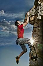 Alpinista amputado supera limitações e diz ver Deus nas montanhas durante escaladas
