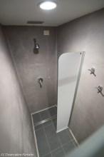 Uma das três cabines com chuveiro instaladas pelo Vaticano