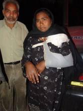 Aysha com o braço quebrado após espancamento