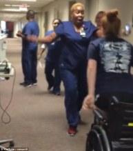 """Vídeo – Menina volta a andar após 11 dias paralisada e enfermeira glorifica a Deus: """"Milagre"""""""