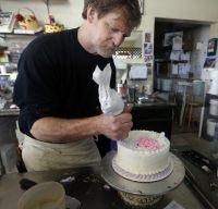 Confeiteiro cristão é obrigado pela Justiça a fornecer bolos para casamentos gays