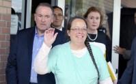 Cristã presa por se recusar a emitir certidão de casamento para homossexuais é libertada