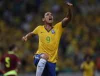 Pastor, atacante Ricardo Oliveira leva 18 jogadores do Santos a cultos semanalmente