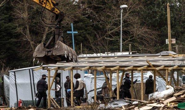 """Tratores derrubam o templo da """"selva de Calais"""""""