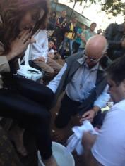 """Pastor e padre lavam pés de transexual """"crucificado"""" na Parada Gay e pedem perdão"""