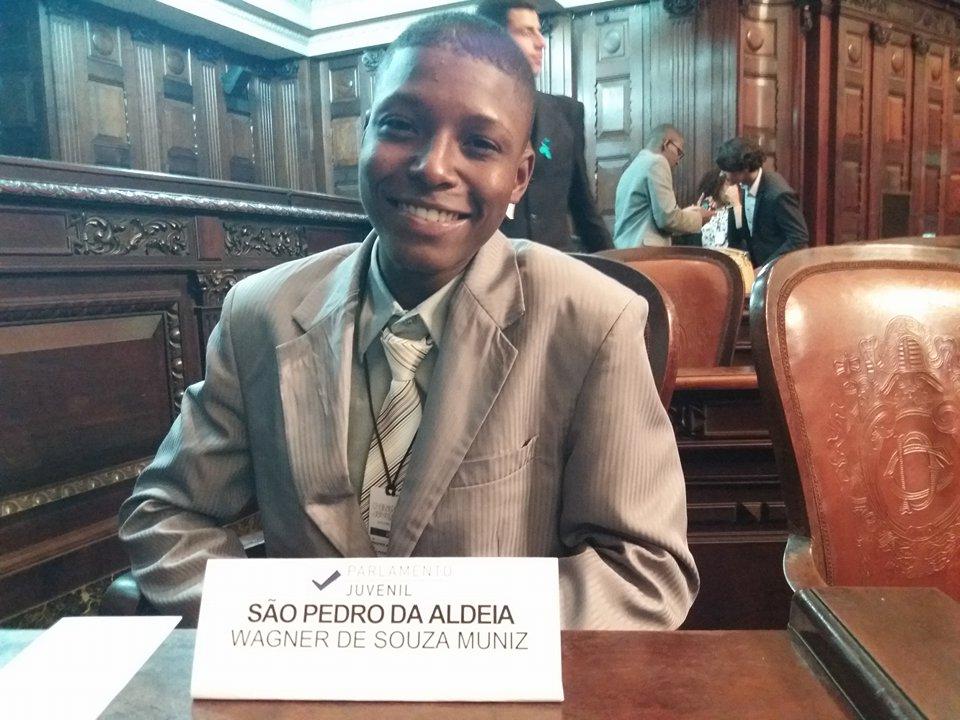 SÃO PEDRO DA ALDEIA - Aluno aldeense recebe o diploma de deputado estadual do Parlamento Juvenil na Alerj