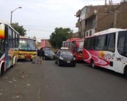 Choferes de buses que van a Virú y Ascope recogen pasajeros en la calle. | Fuente: RPP Noticias | Imagen: Rolando Gonzales