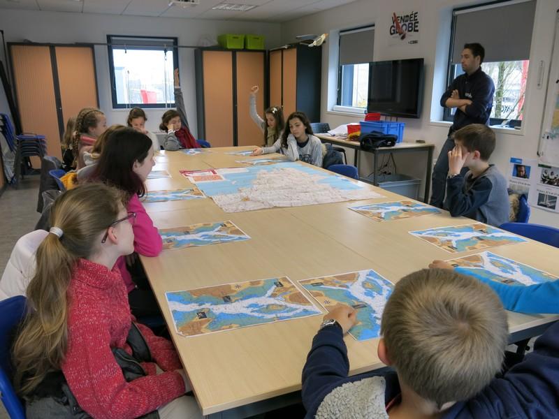Les CM2 étudient les cartes marines