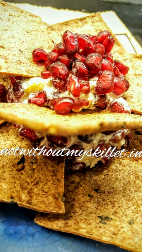 Red millet crackers with the   fruity cheese ball