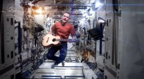 Commander Chris Hadfield performs David Bowie's Space Oddity