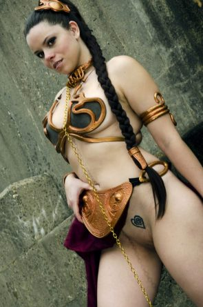 slave leia flashes her pussy