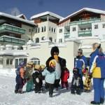 Im Innenhof der Alpenrose finden im Winter Zwergerl-Skikurse statt. © Leading Family Hotel & Resort Alpenrose
