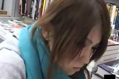 【盗撮動画】本屋でクッソかわいい娘を発見したので、しゃがんで読んでいる股間に隠しカメラ置いたったw