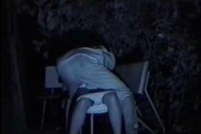 【盗撮動画】深夜の公園でセックスしてるカップルゲットー!wwベンチに座ったとたん彼女の服を脱がせる野性味あふれる彼氏ナイス!w
