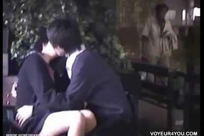 【盗撮動画】超リアル!真面目系JKと男子高校生カップルのイチャラブ盗撮!横からおばちゃんきてますけどお構いなし!ww