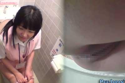 【盗撮動画】会社でOLちゃんたちの仕事してるところや休憩してるところ、そして放尿しているところまで撮影しちゃってる鬼畜社長ww【無修正】