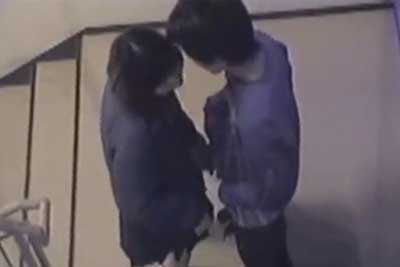 【盗撮動画】高校生カップルが非常階段でイチャイチャしてるのでよく見たら、彼女彼氏のチンコをスタンディング手コキしてたので早速盗撮ww