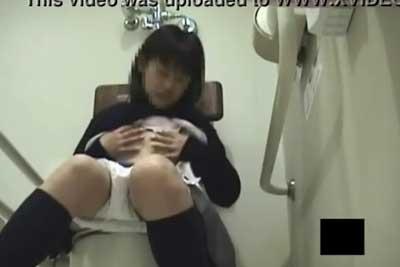 【盗撮動画】デパートの女子トイレに隠しカメラ仕掛けたら、JKが来て放尿シーンゲット!と思ったらその後オナニー始めちゃうとかいう変態JKww