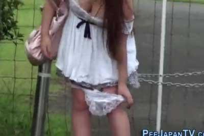 【盗撮動画】パンチラ狙って隠しカメラ片手に街を徘徊してたら、おしっこ漏らしちゃってパンツ脱いでるギャル発見しちゃうとかいうキセキwww