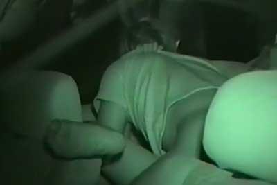 【盗撮動画】真夏に車の中でセックスしちゃってるカップル発見!深夜だったけど赤外線カメラで結合部まではっきり盗撮しちゃいましたよ!ww