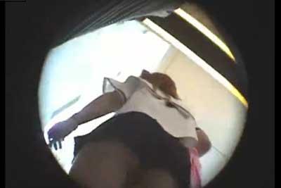 【盗撮動画】制服が超かわいいスレンダーJKがいたので、カバンの中に隠し持ったローアングルカメラでパンチラ盗撮したらなんとTバックでしたww