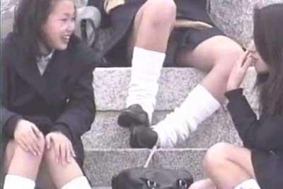 【盗撮動画】皆さんが穏やかに利用している公園の階段でうるさくダベってたJK集団がいたので、特に注意せずパンチラだけ盗撮してやりましたww
