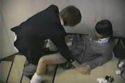 【盗撮動画】雑居ビルの非常階段のところでセックスしているJKカップル発見!すげぇ完全に挿入までヤっちゃってるからもう一部始終を盗撮しちゃいましたww