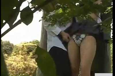 【盗撮動画】公園の雑木林の中で野外セックス始めちゃったJKカップルを発見してしまった通りすがりの者ですが、もちろん通り過ぎず盗撮しちゃいましたww