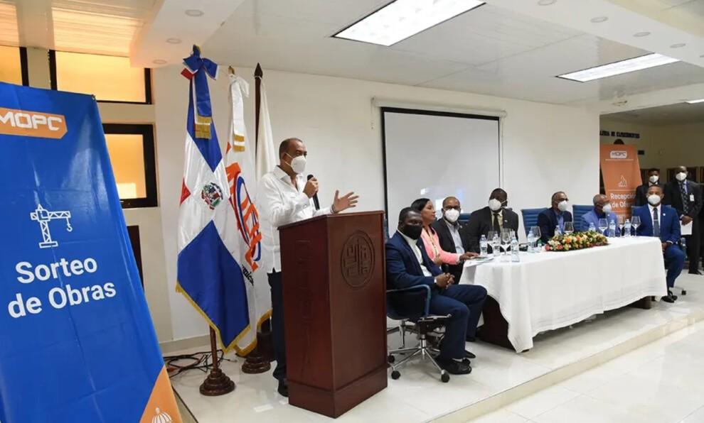 Ministro de Obras Públicas inicia sorteo de obras en Santiago