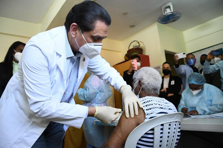 Ministro de Salud encabeza jornada de vacunación contra COVID-19 en Gualey, La Zurza y Capotillo