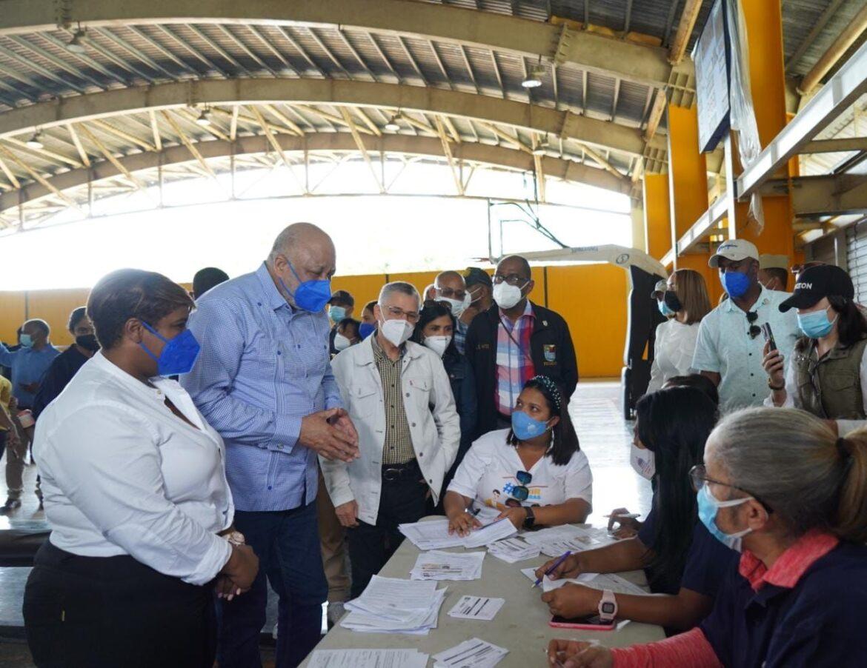 Ministro de Educación encabeza plan masivo de vacunación en SDE