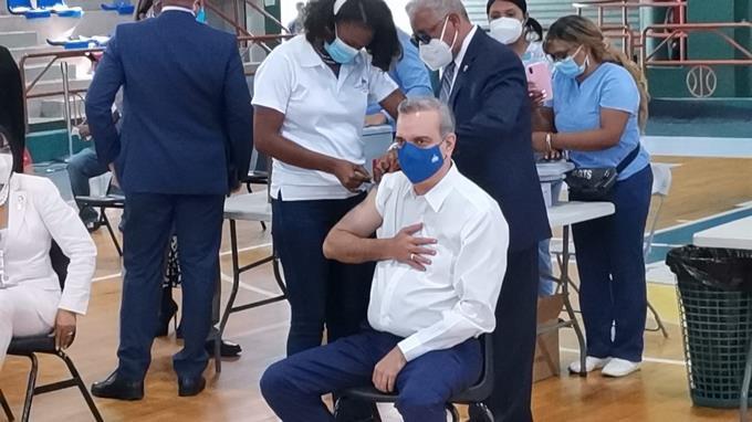 Abinader recibe tercera dosis de vacuna